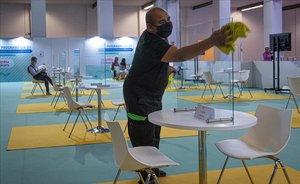 Tareas de limpieza y desinfección en la apertura del salón BizBarcelona, para combatir el coronavirus.