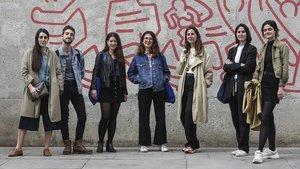 De izquierda a derecha,Laura Rius, Carlos Solano, Blanca Camell, las hermanas Eva, Elena yMarina Pauné y Celia Giraldo, en el Raval.