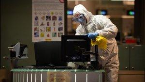 Desinfección en el aeropuerto de El Prat.