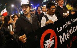Diego Luna en una marcha contra la violencia en México.