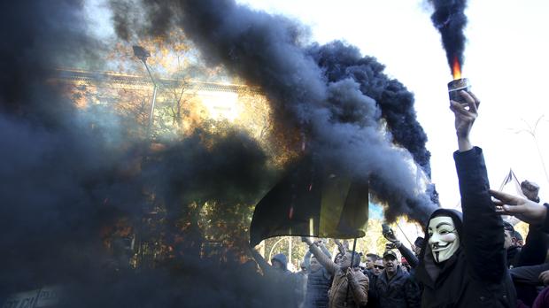 A su llegada a la Plaza de Neptuno se han producido disturbios entre los manifestantes y agentes de la Policía Nacional.