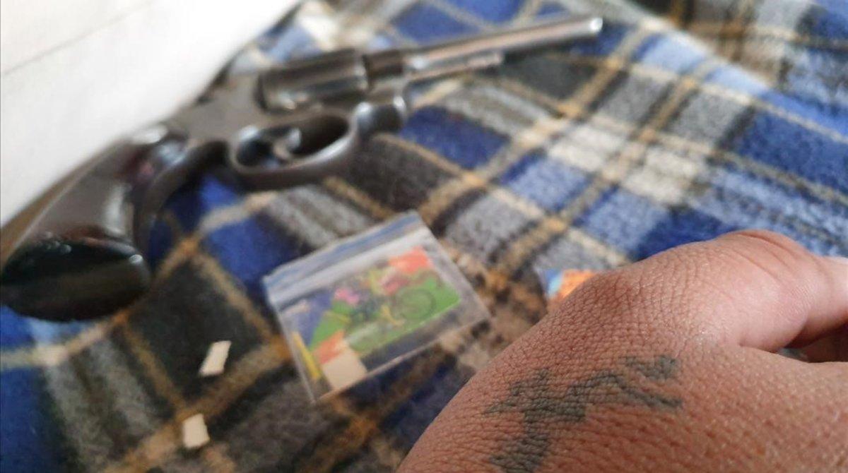 Droga y un arma en Santa Fe, Colombia