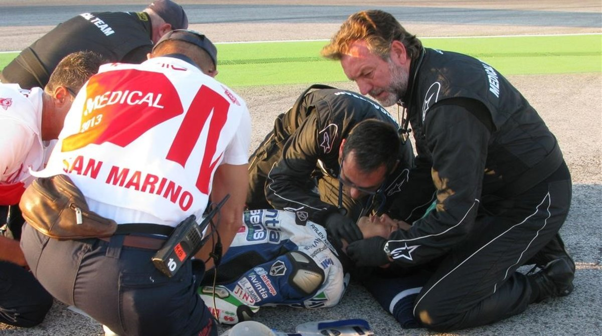 El doctor Ángel Charte, a la derecha, en un simulacro de accidente, en Misano.