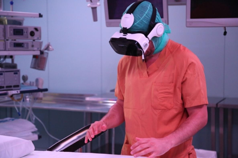 El doctor Víctor Barro, con gafas de realidad virtual.
