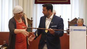 Dolors Sabater entrega la vara de alcalde al socialista Àlex Pastor.