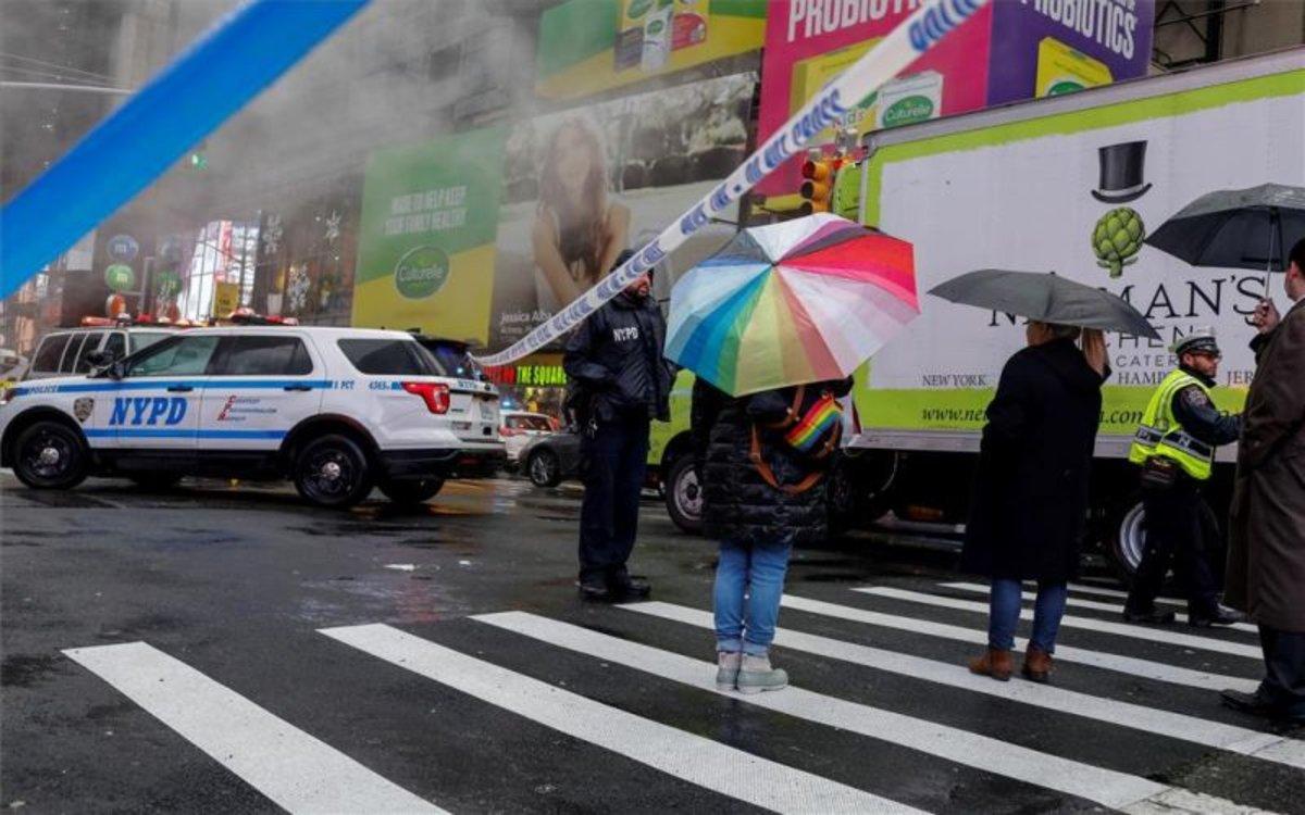 La policía de Nueva York atiende un accidente enTimes Square.