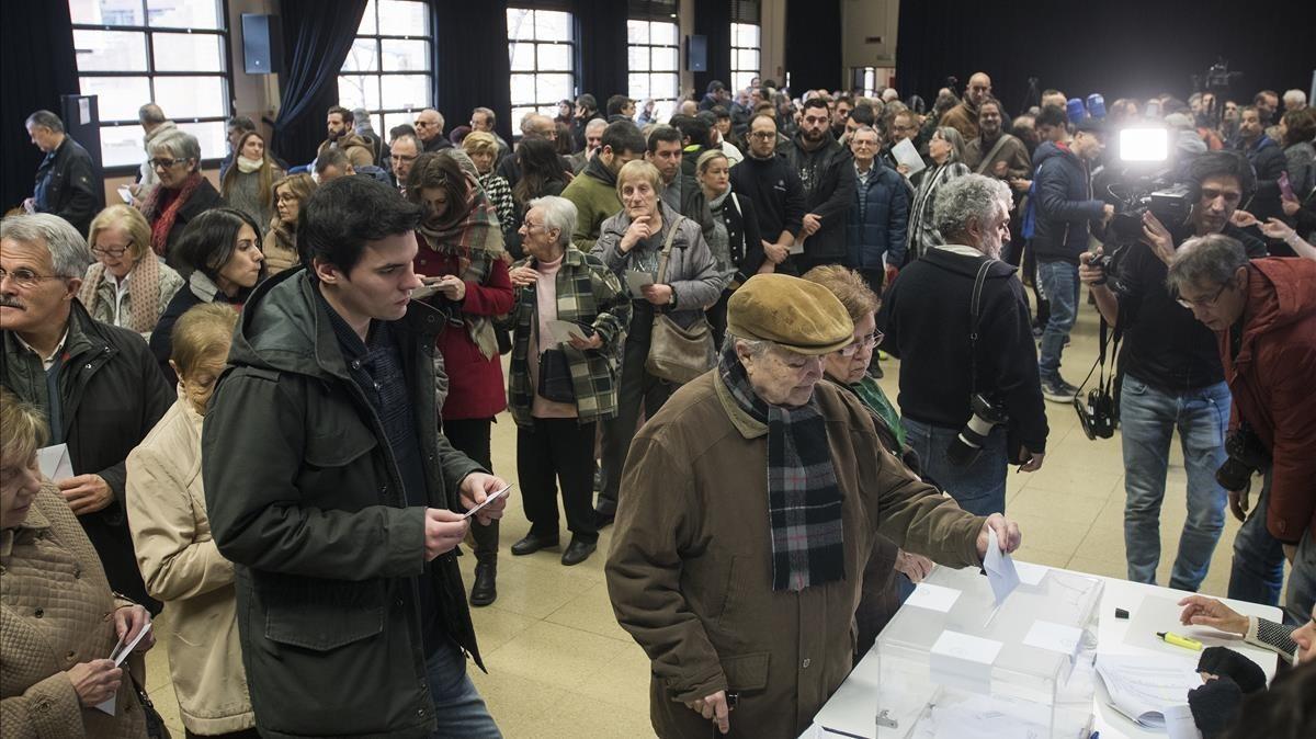Electores votando, el 21-D, en el centro cívico de La Sedeta, en Barcelona.