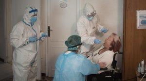 Enfermeras del CAP Manso de Barcelona realizan un test PCR a una anciana en laresidencia geriátrica La Pau, el pasado 14 de mayo.