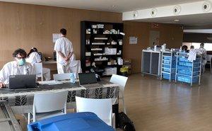 Equipo de sanitarios en el Hotel Atenea de Mataró.
