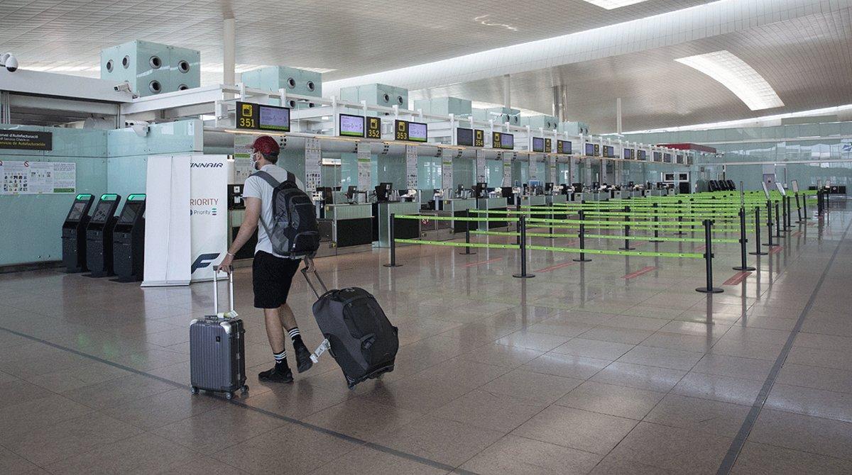 Escasa afluencia en el aeropuerto de Barcelona-El Prat.