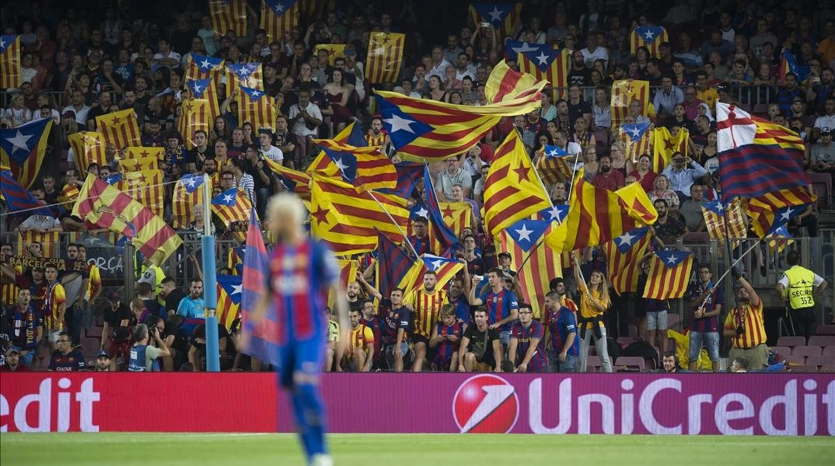 Estelades en el Camp Nou durante el partido ante el Celtic.