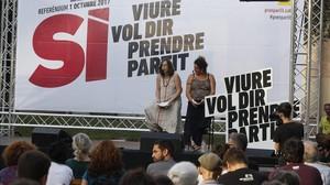 Eulàlia Reguant y Núria Gibert, en el inicio de la campaña de la CUP por el 'sí', en la plaza Orfila, en Sant Andreu.