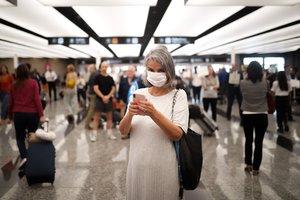Pasajeros y empleados del Aeropuerto de Ezeiza se protegen con tapabocas, tras la confirmación del primer caso del Coronavirus en el país.