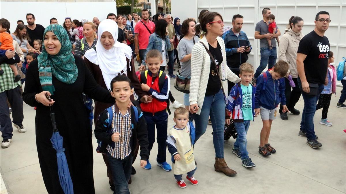 Familiares acompañando a los alumnos de la escuela Montserrat Vayreda, de Roses.