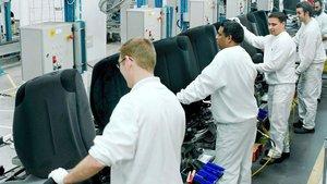Trabajadores de Faurecia en la planta dePulversheim (Francia).