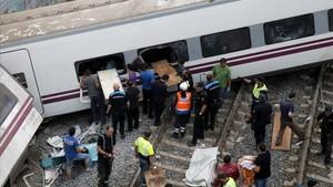 Los servicios de emergencia, atendiendo a las víctimas del accidente del tren Alvia en Angrois.