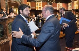 Fernando López Miras (izquierda) saluda a Pedro Antonio Sánchez en la Asamblea de Murcia.