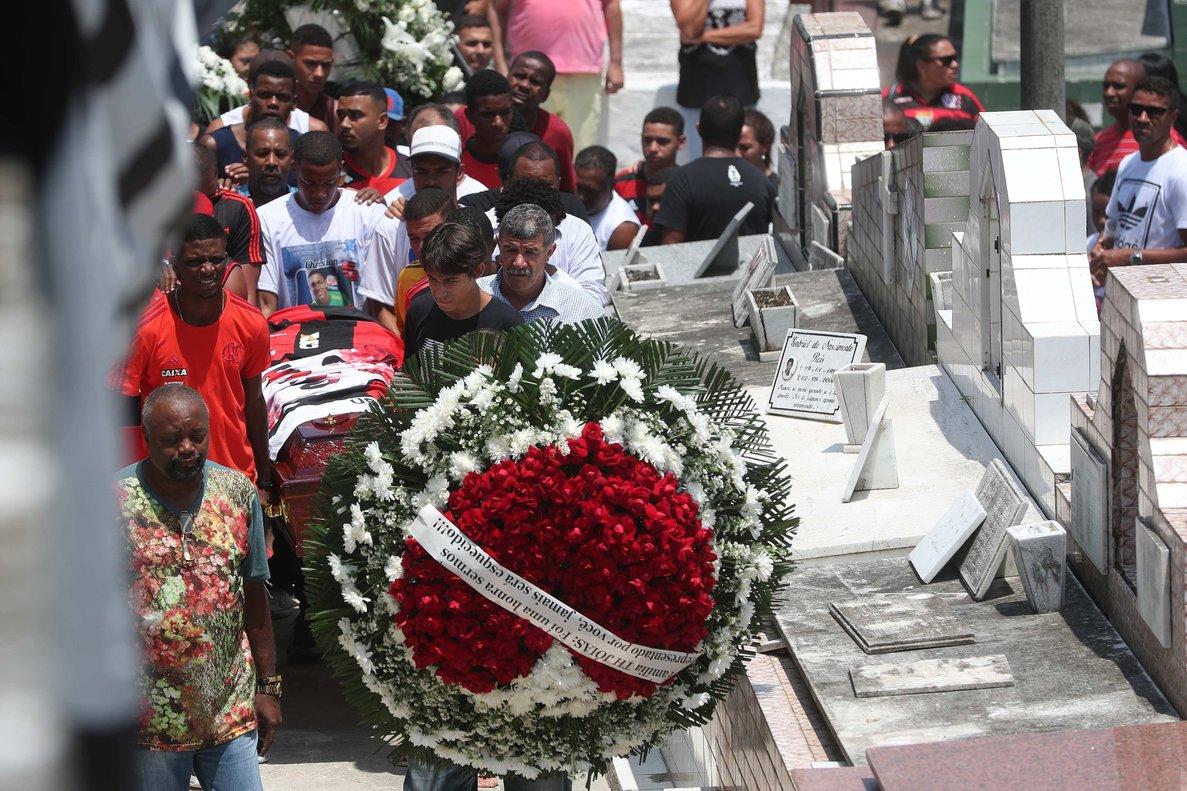 El feretro del joven arquero Christian Esmerio, quienperdióla vida en el incendio en una de las sedes del club Flamengo.EFEMarcelo Sayao