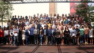 El presidente del Grup Focus,Daniel Martínez (centro), posa junto a los directores de sus cuatroteatros en Barcelonay un nutrido grupo de artistas de esta nueva temporada en la Antiga Fàbrica Damm.