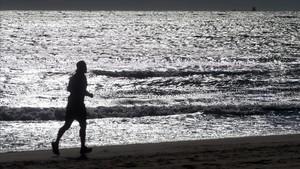 Un corredor en la playa Llarga de Tarragona.