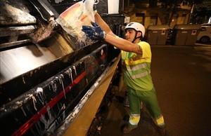 Imagen de archivo de recogida de basuras en Barcelona.