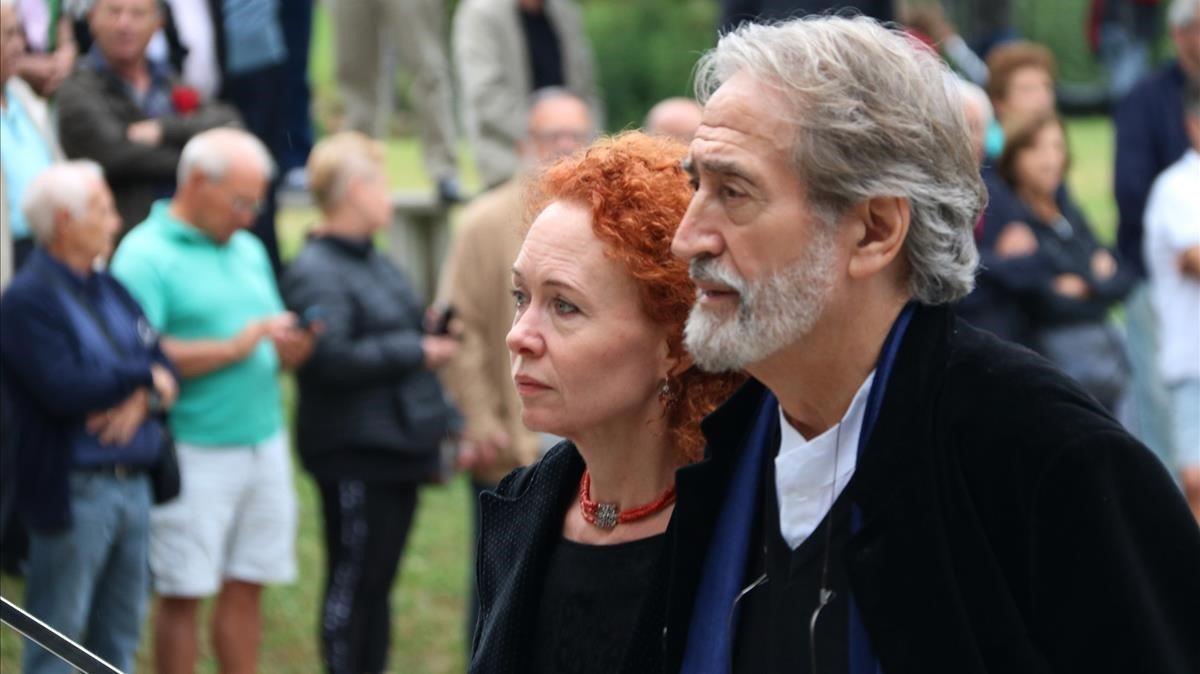 El músico y compositor Jordi Savall y su esposa Maria Bartels llegan al tanatorio de Les Corts.