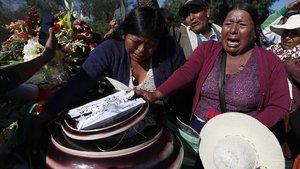 Un grupo de mujeres en los funerales por los campesinos muertos en choques con la policía en Cochabamba, Bolivia.