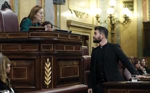 Gabriel Rufián observa a la presidenta del Congreso, Ana Pastor, en el Congreso.