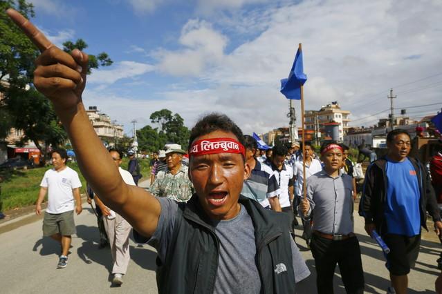 Activistasindígenas reclaman la creación de una región autónoma durante una manifestación en Katmandú.