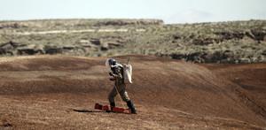 Un geólogo trabaja con aparatos que serán utilizados en una futura exploración marciana.