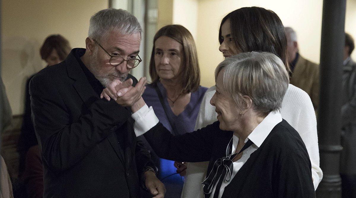 Un gesto cariñoso de Xavier Sardà a su hermana, Rosa Maria Sardà, en la presentación de un libro en Barcelona, el pasado noviembre.