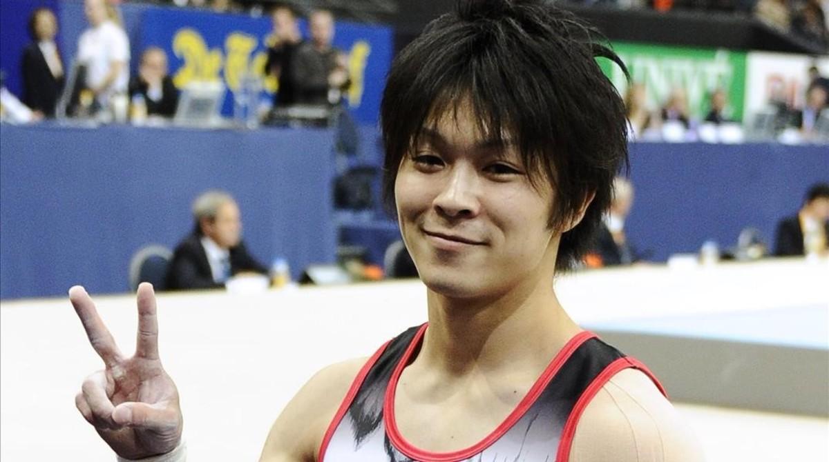 El gimnasta japonés Kohei Uchimura celebra su triunfo en la final individual del Campeonato Mundial del 2010.