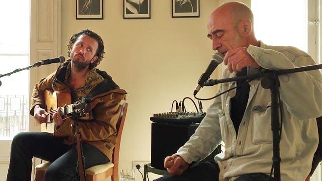 Iñaki Nazabal e Ian Sala actúan en un piso de Gràcia durante su gira por salas de estar.