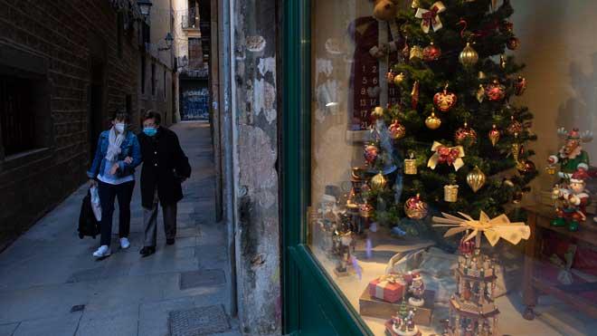 El Gobierno propone limitar a seis personas las reuniones en Navidad. En la foto, ambiente navideño en una calle del barrio Gòtic de Barcelona.