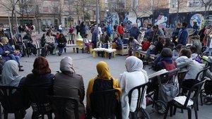 Un grupo de mujeres debate sobre género en la plaza de Félix Rodríguez de la Fuente, ayer.