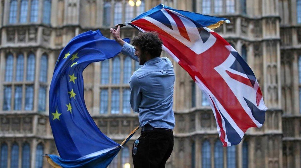 Un hombre con las banderas de la UE y el Reino Unido en una protesta contra el 'brexit' en Londres.