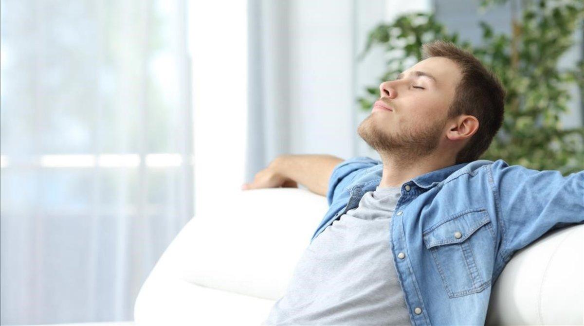 Un hombre descansando.