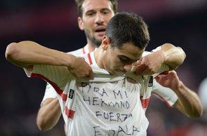 Ben Yedder muestra en el Pizjuán la camiseta en homenaje a Sala.