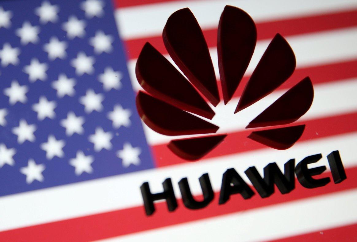 El logotipo de Huawei sobre una bandera de EEUU.