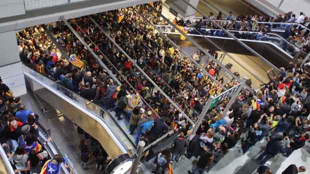 Ocupación de la estación del AVE de Girona durante la huelga general.