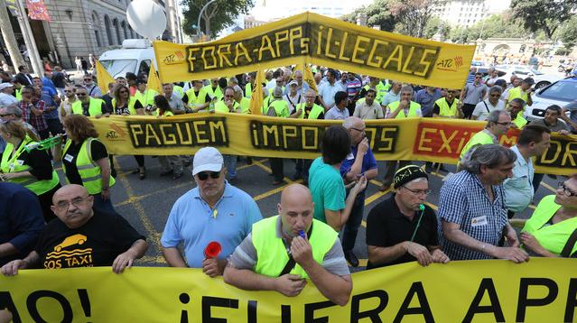 Los taxistas de Madrid y Barcelona protestan contra las aplicaciones para compartir vehículos, como Uber, por considerarlas competencia desleal.