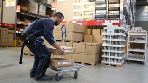 Borja, un empleado de Ikea en Badalona, lleva puesto un exoesqueleto para trabajar con facilidad y corregir errores.