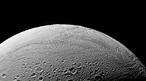 Imagen distribuida por la NASA de la luna de Saturno.