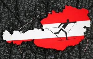 Imagen de un esquiador de fondo sobre el mapa de Austria.