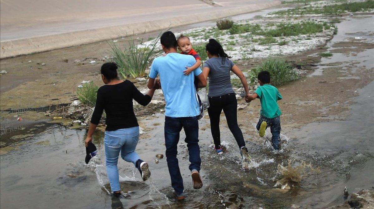 Una familia de inmigrantes cruzan de manera ilegal la frontera entre México y los EEUU.