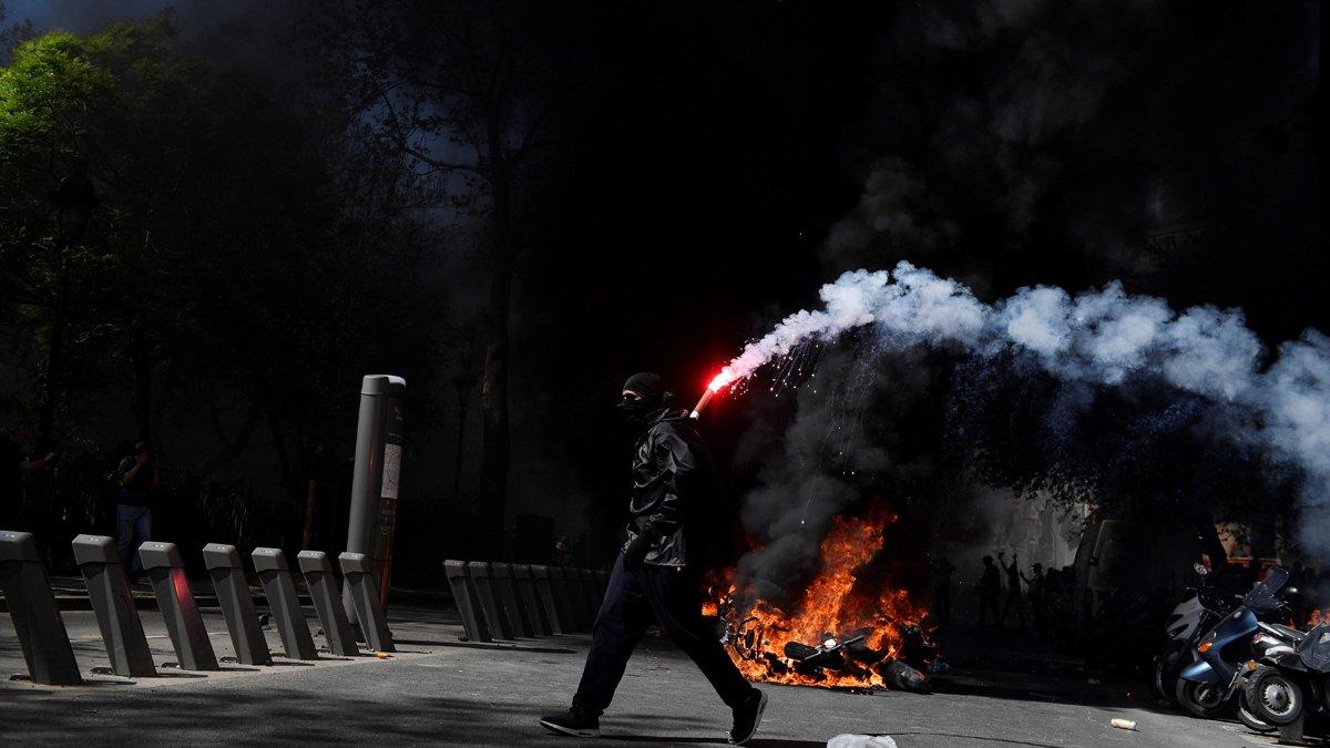 Manifestantes de los 'chalecos amarillos'se enfrentan a la policía antidisturbios francesa durante la vigésimo tercera jornada de protestas en París.