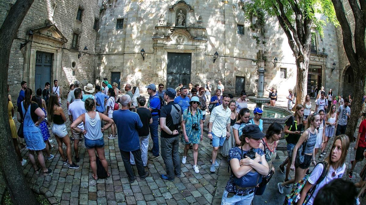 La plaza de Sant Felip Neri, cualquier día, a cualquier hora.