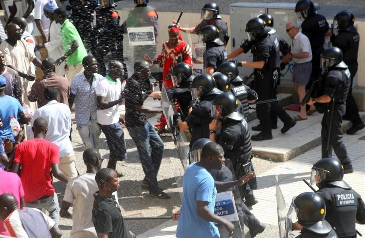 Momentos de tensión en Salou, en agosto del 2015, tras la muerte de un mantero.