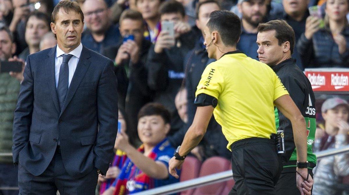Lopetegui observaal árbitro Sánchez Martínez mientras consulta la repetición de la jugada del penalti a Suárez en el VAR.