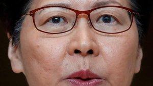 La jefa del Ejecutivo hongkonés, Carrie Lam, en la rueda de prensa que ha ofrecido este lunes.